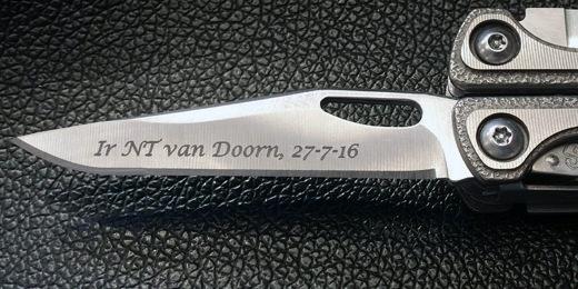 Gravure voorbeeld op het mes van de multitool